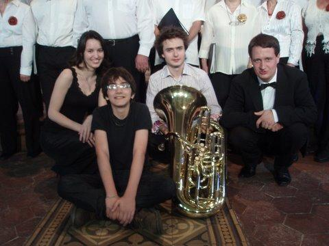 Magali (pianiste) et son petit tourneur de page, Thomas et son tuba et Philippe chef de choeur