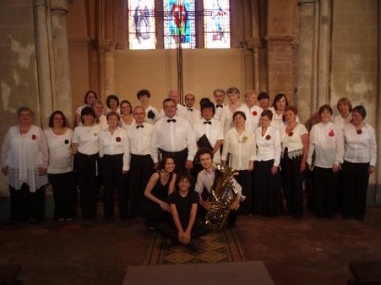 La chorale au grand complet accompagnée de Magali notre Pianiste et de son petit tourneur de page et Thomas tubiste